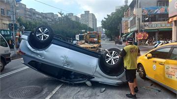 婦人開車恍神撞翻天 波及路邊兩車