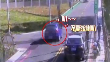 不爽警擋路?男狂按喇叭挑釁蛇行逆向撞倒整排機車再撞垃圾車被逮