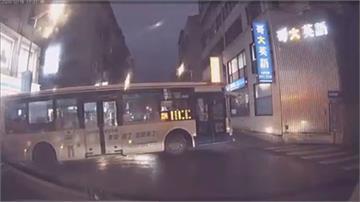 扯!公車司機開過頭 硬在狹路迴轉 撞斷告示牌又險撞人