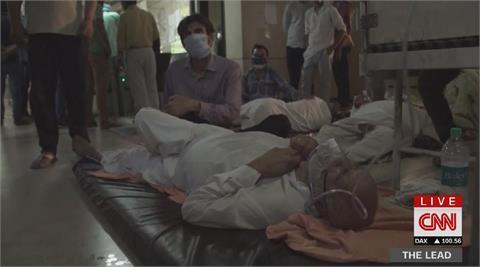 印度武肺確診直逼2千萬大關 病患躺在醫院地板自生自滅