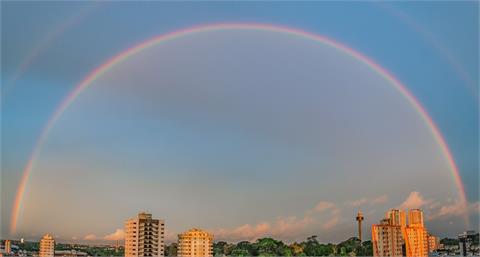 網友拍下超罕見奇景「雙層月光彩虹」!美翻鄭明典:非常難得