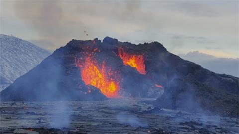 冰島休眠6千年火山爆發 5千遊客擠爆賞奇景