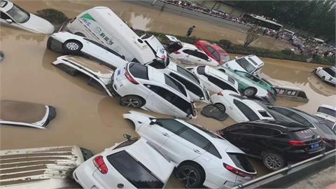 百輛車堆成山!鄭州暴雨瞬間淹滿5公里隧道  「汽車墳場」死傷難估計