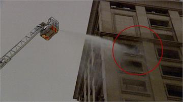 豪宅驚見「虎頭蜂窩」 消防隊噴水柱拆蜂巢