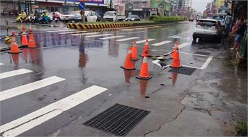 快新聞/連日降雨釀災 台南中華路現1公尺寬坑洞