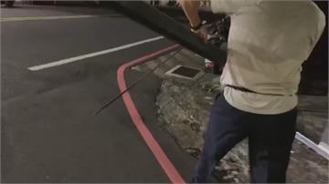 恐怖!幫民宅拆搖晃鐵框 消防員遭「鋼筋刺頸」噴血