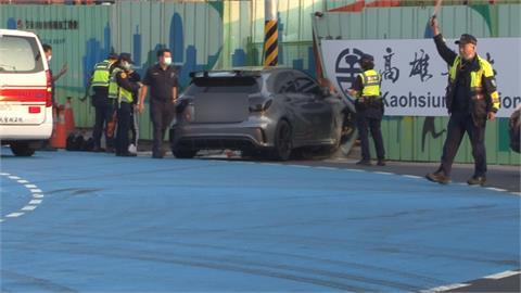 高雄清晨酒駕自撞 轎車打滑撞工地圍籬3傷