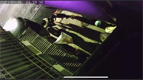 噁! 兩男把安全帽當小便斗 車主怒裝監視器逮人