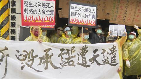 控建商產權沒過戶害封路 居民拉布條抗議