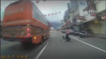 太危險! 電動車違規雙載還沒戴安全帽 後座乘客突摔車 險遭外送機車輾過