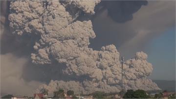 印尼錫納彭火山大噴發! 火山灰雲直衝公里高