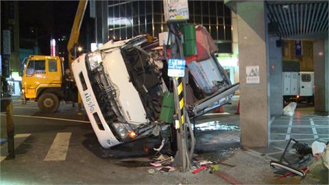 為閃左轉小黃失控翻覆 垃圾車駕駛一度受困