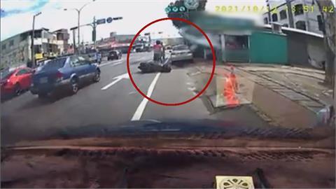 轎車沒打方向燈突換車道 擦撞外送員機車  2人當街上演全武行