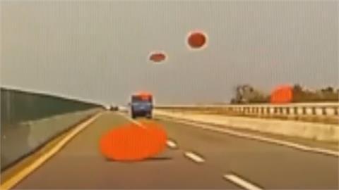 好大的血滴子...   貨車沒捆牢 奪命圓桌一張接一張飛出來