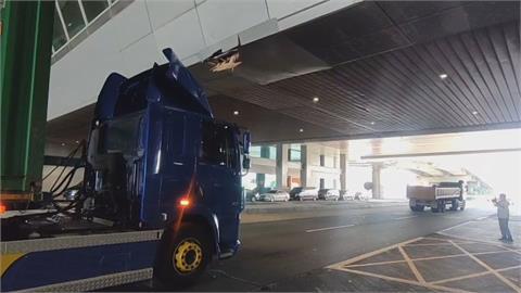 誤闖又未注意限高 貨櫃車撞破桃機通廊跨越橋