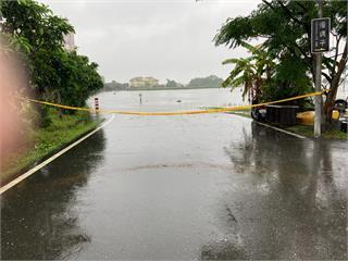 快新聞/宜蘭五十二甲溼地部分路段淹水 警方現場拉起封鎖線管制
