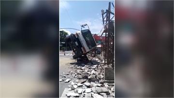 集集古街拆牌樓釀意外!吊車重心不穩側翻險壓中工人