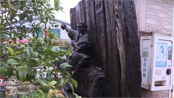 藝術悲歌!已故大師木雕作品 竟被移至公廁旁