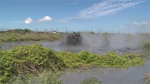 滾燙泥漿不斷從地底湧出 村民圍觀看奇景