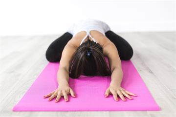 每天睡前30秒「坐姿前彎」,血管回春10歲!