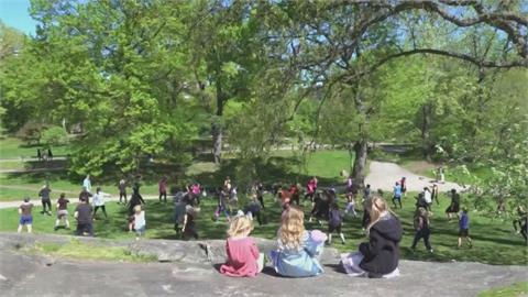有氧舞蹈老師帶領紐約客中央公園大跳Zumba 疫情趨緩不線上教學