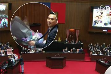 快新聞/肯定政府防疫過程 藍委立院質詢送花感謝蘇貞昌、陳時中