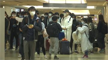 武漢肺炎/防護衣、口罩全上身 !上千返台民眾塞爆機場