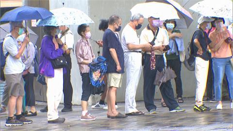 快新聞/北市長者冒雨擠爆花博疫苗接種站 蔡炳坤:開會檢討精進
