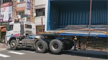 貨櫃車太高勾到電線 電線桿連根拔起 騎士直接撞上