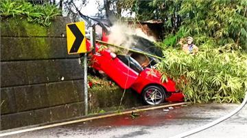 快新聞/法拉利失控自撞「插入擋土牆」 引擎起火燃燒車頭全毀