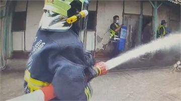莽男衝民宅挾持屋主 揚言引爆瓦斯 警動用水柱攻堅壓制逮人