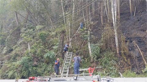 缺水還燒不停!南投仁愛山林火災復燃攀登近乎垂直林地抵火場 警消馳援難度高