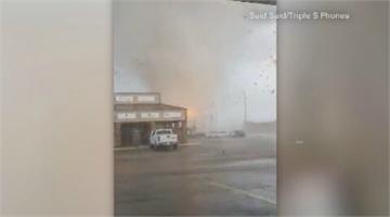 巨大龍捲風襲美阿肯色州 6人傷、建築物飛機毀損