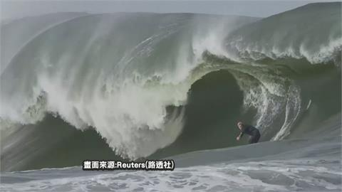 五米巨浪可遇不可求! 淺灘衝浪冠軍以沙板征服