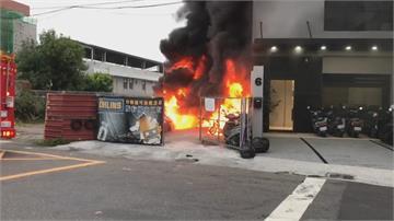 台南機車停車棚突竄大火!30輛機車慘遭祝融