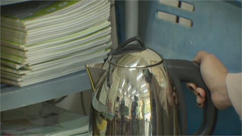 高雄小三女生校園嚴重燙傷!被熱水壺電線絆倒 下半身13%二度灼傷
