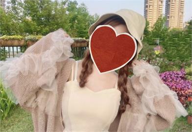 「樂天女孩」巫苡萱70萬感謝祭!平口緊身洋裝高衩「小桃紅」好誘人