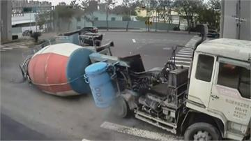 混凝土車路口迴轉突側翻!  疑似零件故障水泥「漏滿地」