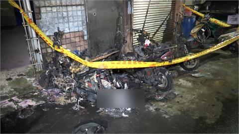 巷弄機車突起火燃燒!機車燒到剩骨架