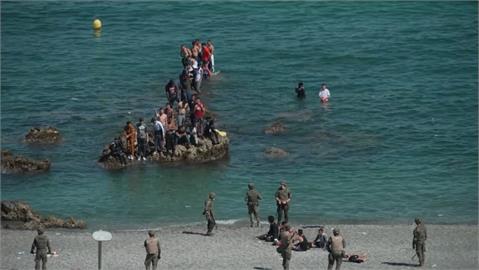 報復西班牙? 摩洛哥放8000難民游泳偷渡