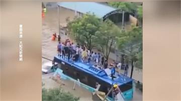深圳暴雨淹水 公車遭大水圍乘客困車頂