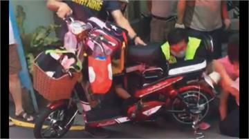 女童坐電動自行車疑踩不到踏板 右小腿捲入車輪縫隙 消防員拆車助脫困