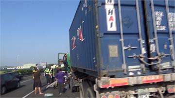 貨櫃車追撞砂石車!駕駛卡車內搶救送醫