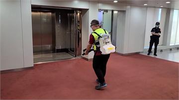 快新聞/捷克參議院長訪團桃機入境 前腳剛走清潔員立刻上前消毒