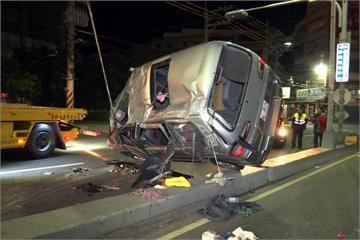 疑過彎車速過快 休旅車翻覆5人傷