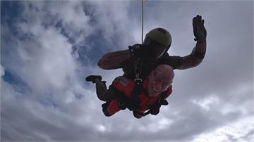 美國人瑞跳傘慶百歲 直呼:想再跳一次!