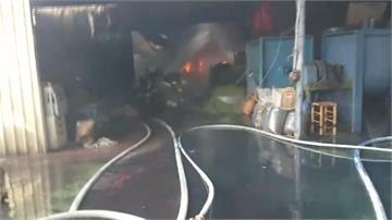 台南鞋工廠陷火海 消防隊長倒地送醫無生命危險