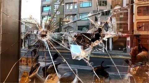 高雄3惡煞清晨持鐵鎚砸飯店玻璃 從容離開