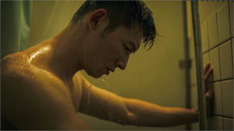 溫昇豪《火神》濕身出浴半身全裸 畫面露出身材驚呆網友
