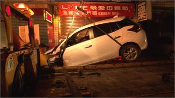 周末連兩起酒駕 轎車側翻、撞壞藥局門
